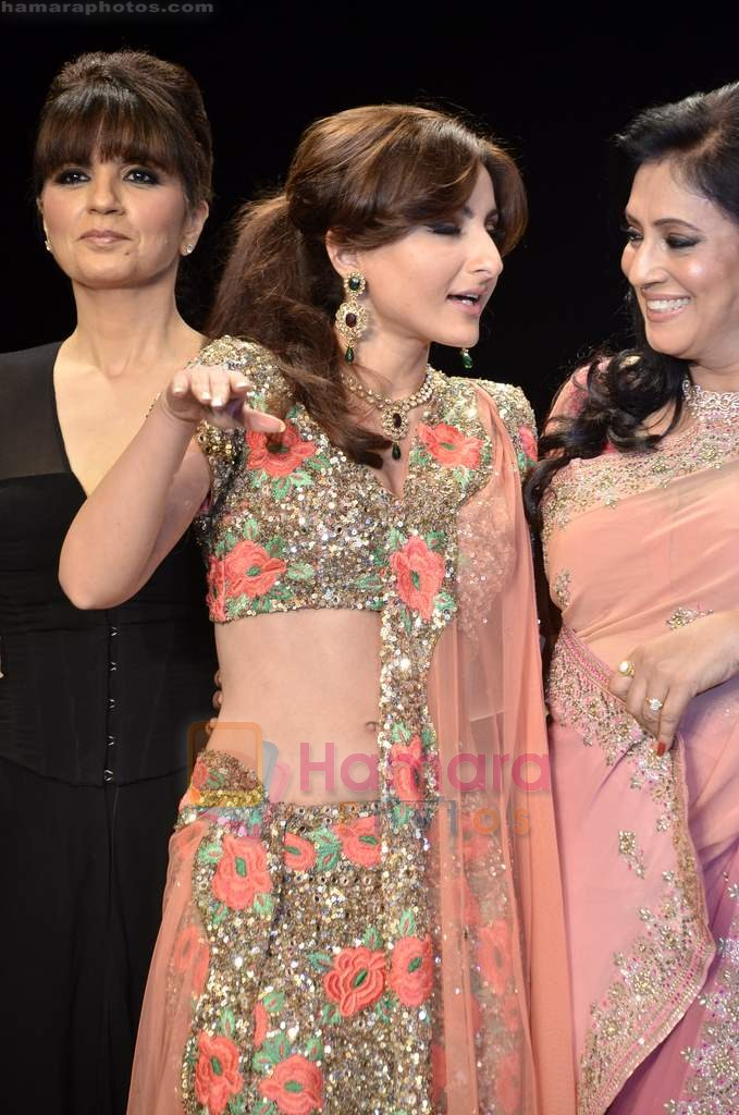 Soha Ali Khan walks the ramp for Beti Gitanjali Show at IIJW 2011 in Grand Hyatt on 31st July 2011