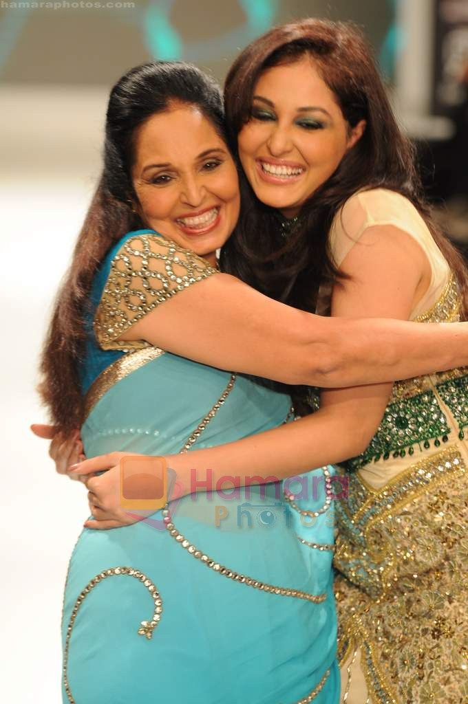 Pooja Chopra walks the ramp for Beti Gitanjali Show at IIJW 2011 in Grand Hyatt on 31st July 2011