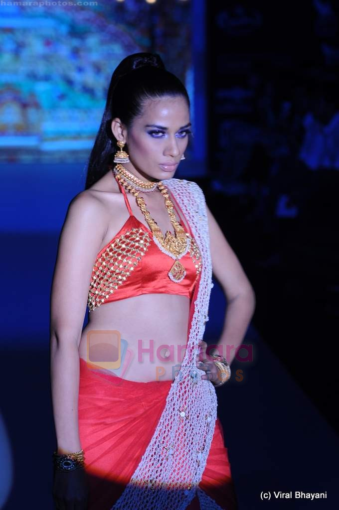 Model walks the ramp for Sangam Chains at IIJW 2011 in Grand Hyatt on 31st July 2011