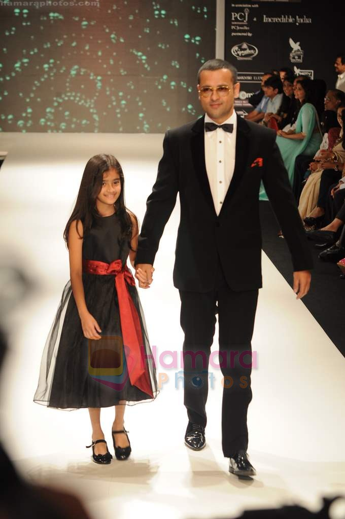 Rohit Roy walks the ramp for Beti Gitanjali Show at IIJW 2011 in Grand Hyatt on 31st July 2011