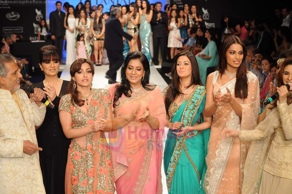 Soha Ali Khan, Bipasha Basu, Riya Sen, Raageshwari Loomba walks the ramp for Beti Gitanjali Show at IIJW 2011 in Grand Hyatt on 31st July 2011