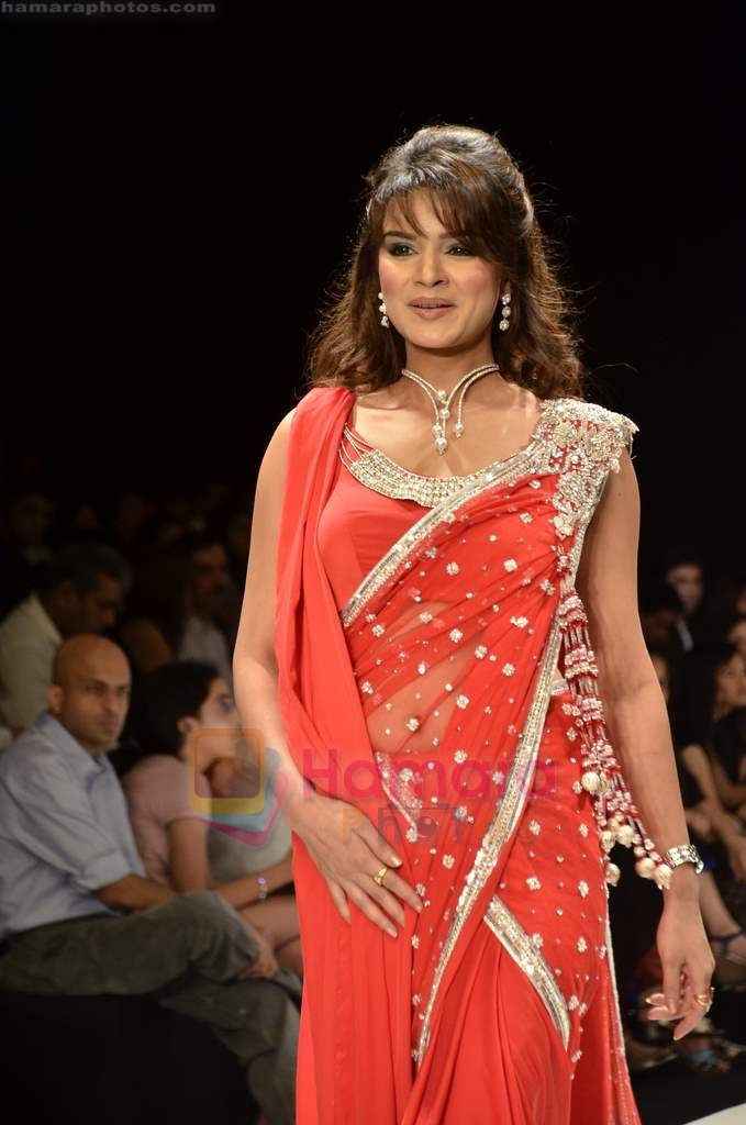 Aashka Goradia walks the ramp for Beti Gitanjali Show at IIJW 2011 in Grand Hyatt on 31st July 2011