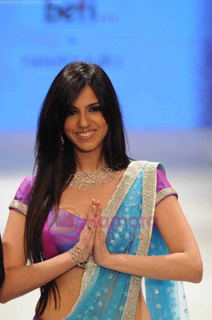 Nishka Lulla walks the ramp for Beti Gitanjali Show at IIJW 2011 in Grand Hyatt on 31st July 2011