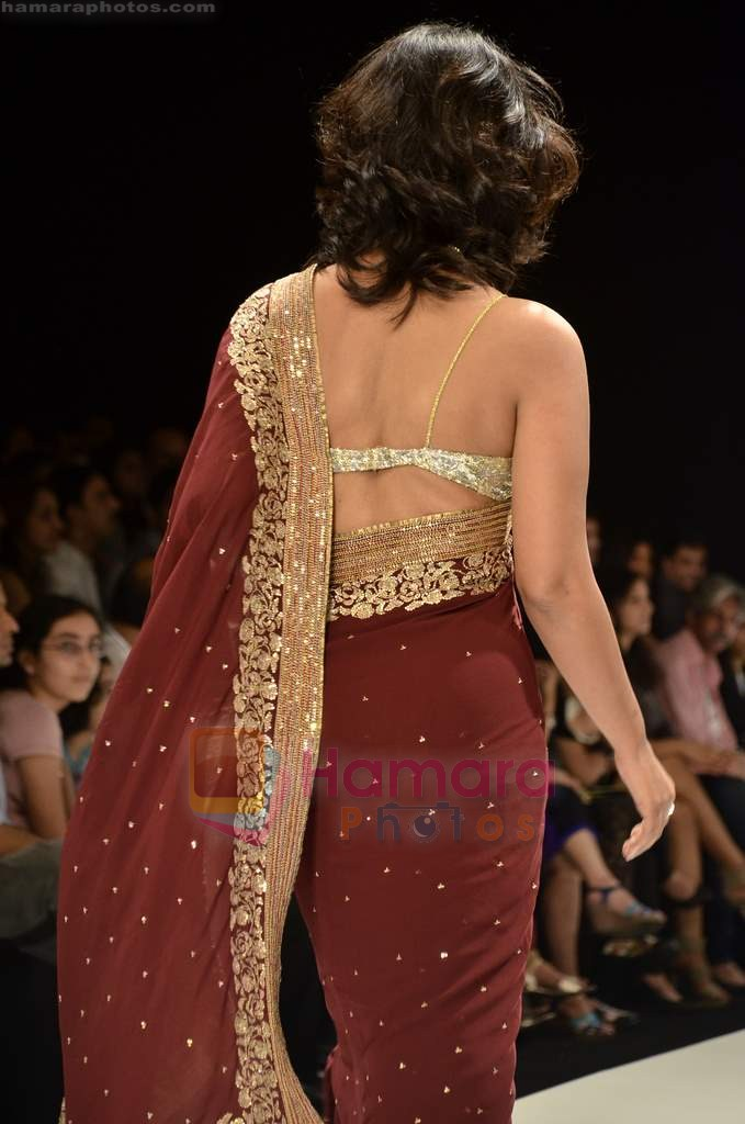 Mahie Gill walks the ramp for Beti Gitanjali Show at IIJW 2011 in Grand Hyatt on 31st July 2011