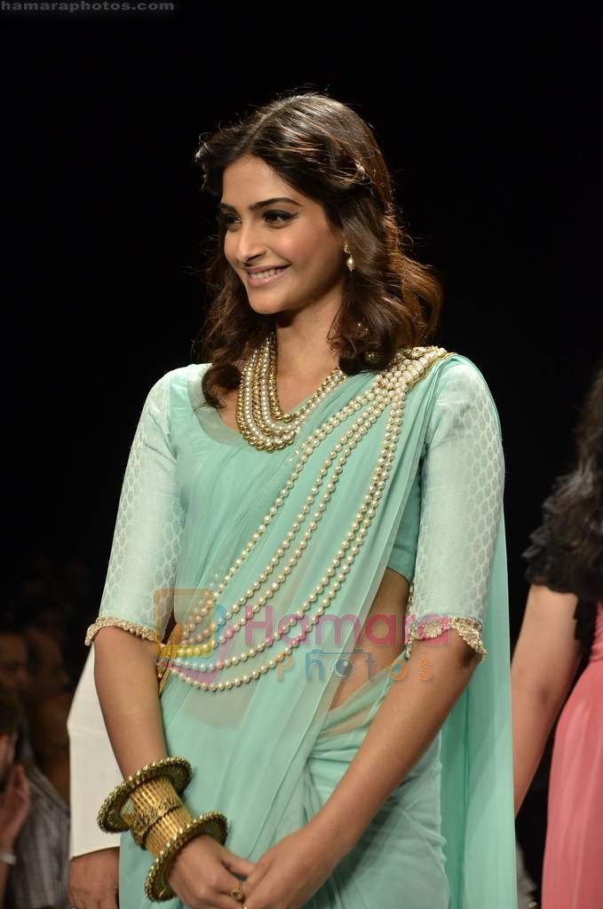 Sonam Kapoor walks the ramp for Beti Gitanjali Show at IIJW 2011 in Grand Hyatt on 31st July 2011