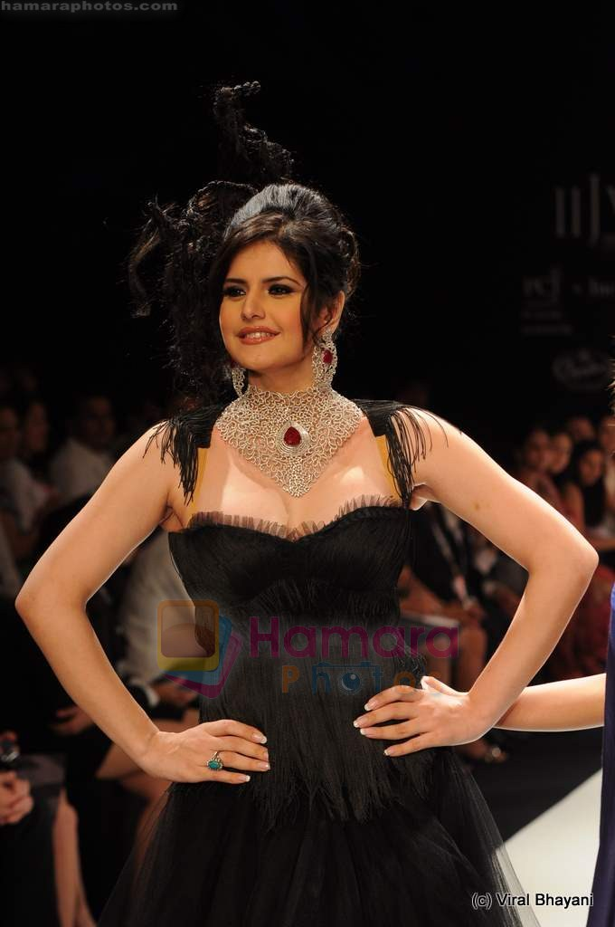 Zarine Khan walks the ramp for Johara by Divya Ahuja show at IIJW 2011 Day 2 in Grand Hyatt on 1st Aug 2011