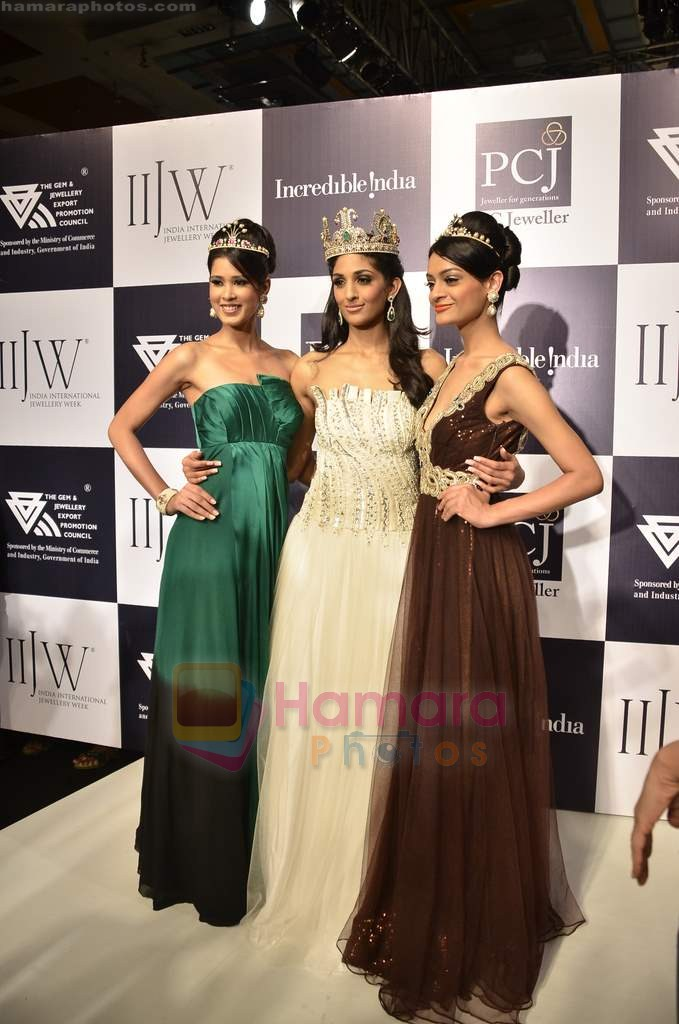 Vasuki Sunkavalli, Parul Duggal and Tanvi Singla on day 2 of IIJW 2011 in Grand Hyatt on 1st Aug 2011