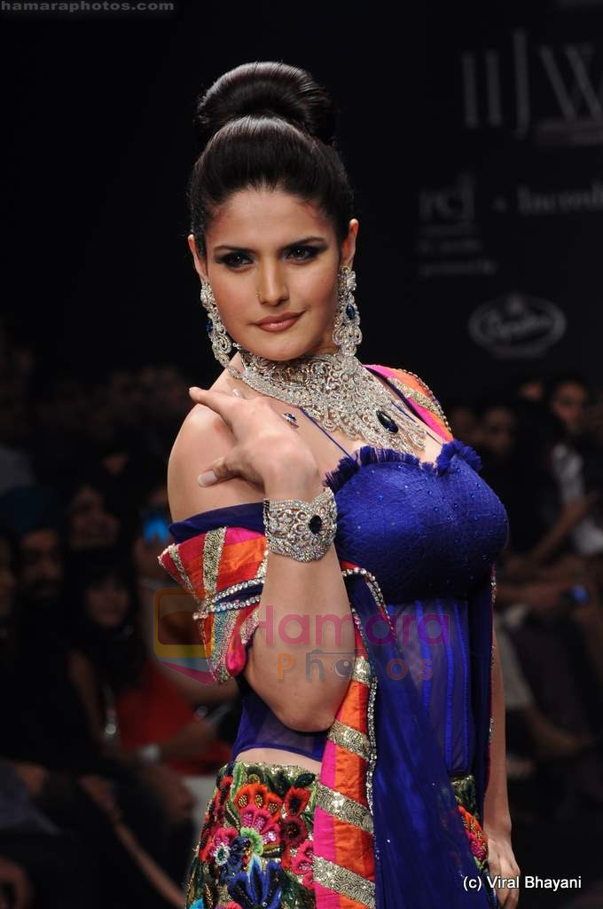 Zarine Khan walks the ramp for Dwarkadas Chandumal Jewellers show at IIJW 2011 Day 3 in Grand Hyatt on 2nd Aug 2011