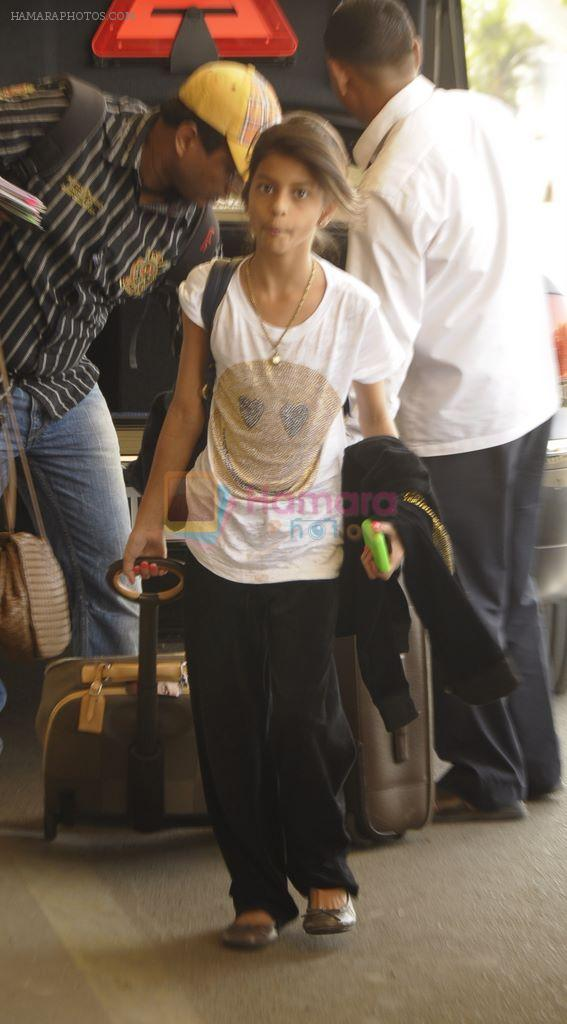 Gauri Khan leaves for Dubai with kids aryan and suhana in Airport, Mumbai on 27th Dec 2011
