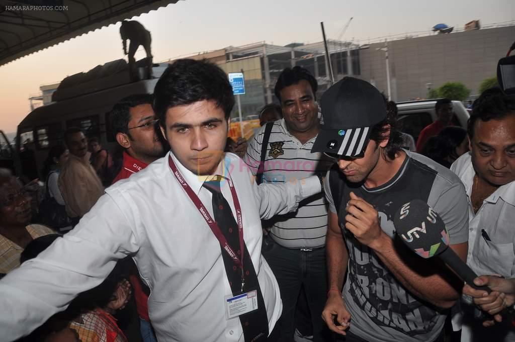 Hrithik Roshan leave for New Year's celebration in Airport, Mumbai on 28th Dec 2011