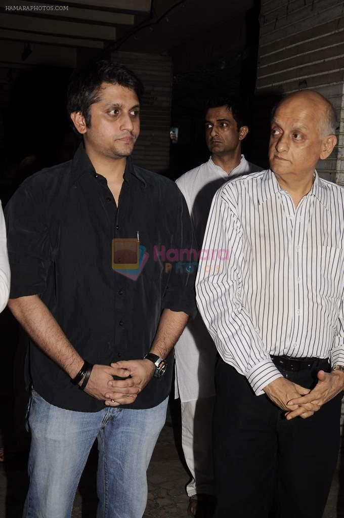 Mohit Suri, Mukesh Bhatt at Sunil and Dharmesh Darshan's dad's prayer meet in Santacruz on 3rd Jan 2012