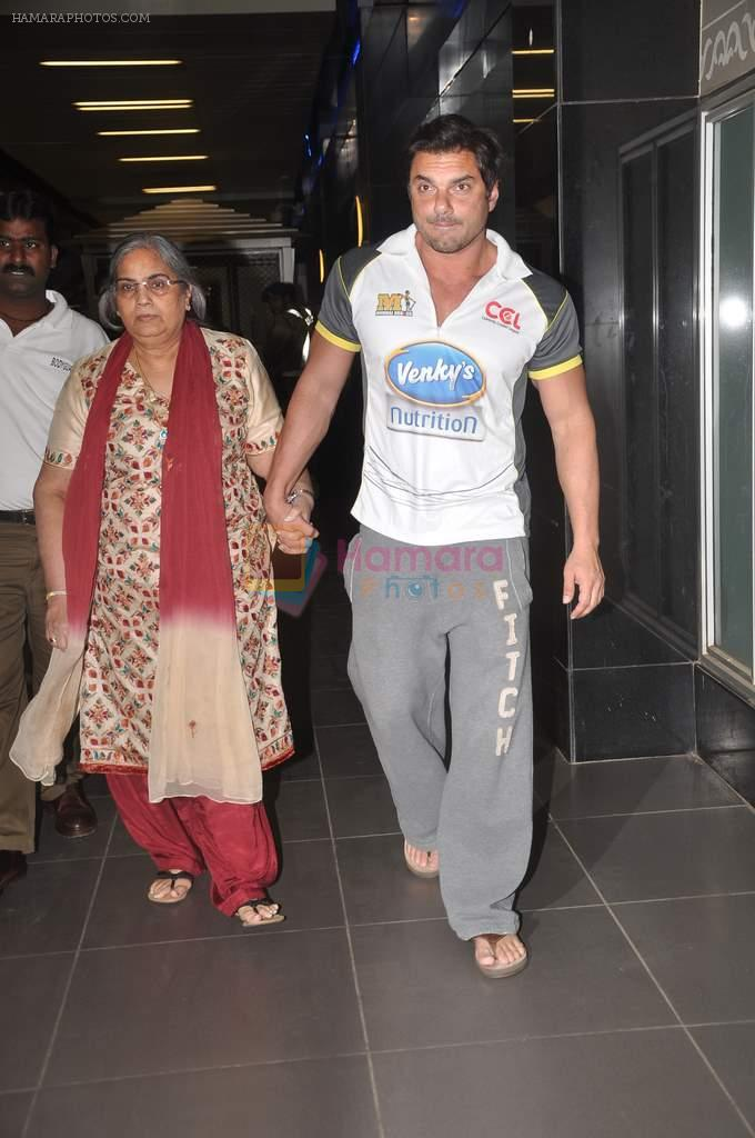 Sohail Khan, Salma Khan return from Dubai on 3rd Jan 2012