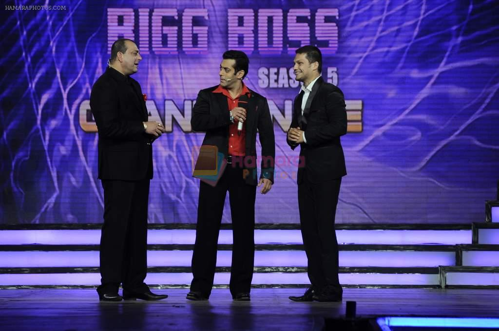 Salman Khan, Sanjay Dutt, Siddharth at Bigg Boss Season 5 grand finale on 7th Jan 2012