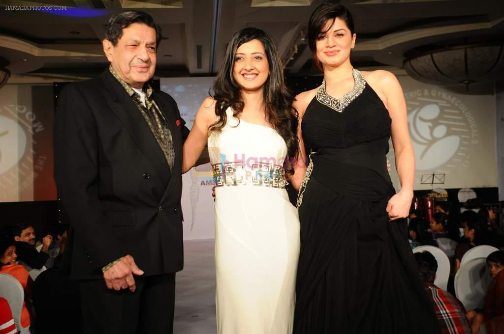 Dr. R.P. Poonawalla, Amy Billimoria, with Kainaat Arora at Amy Billimoria's Fashion Show for Twenty four leading gynaecologists in J W Marriott on 9th Jan 2012