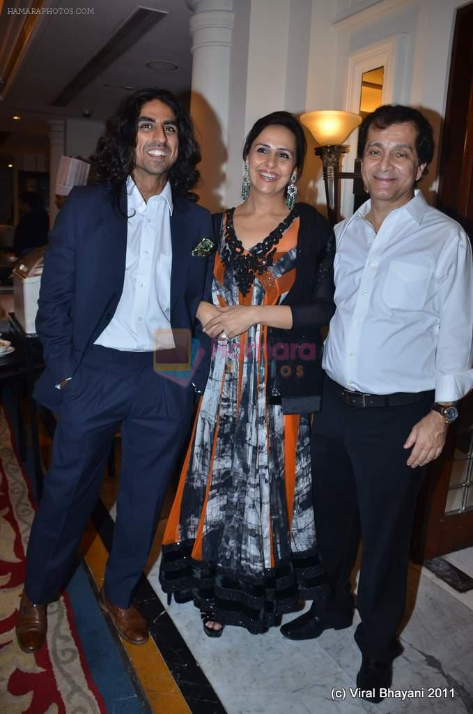 akshay kumar's brother with sister alka and surendra hiranandani