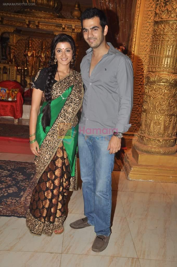 Karan Grover, Suhasi Goradia Dhami at Yahan Main Ghar Ghar Kheli 700 episodes celebrations in Filmcity, Mumbai on 10th July 2012