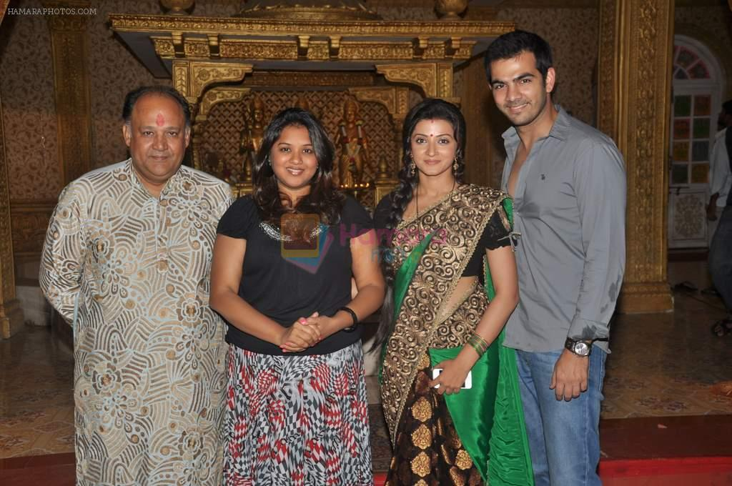 Alok Nath, Karan Grover, Suhasi Goradia Dhami at Yahan Main Ghar Ghar Kheli 700 episodes celebrations in Filmcity, Mumbai on 10th July 2012