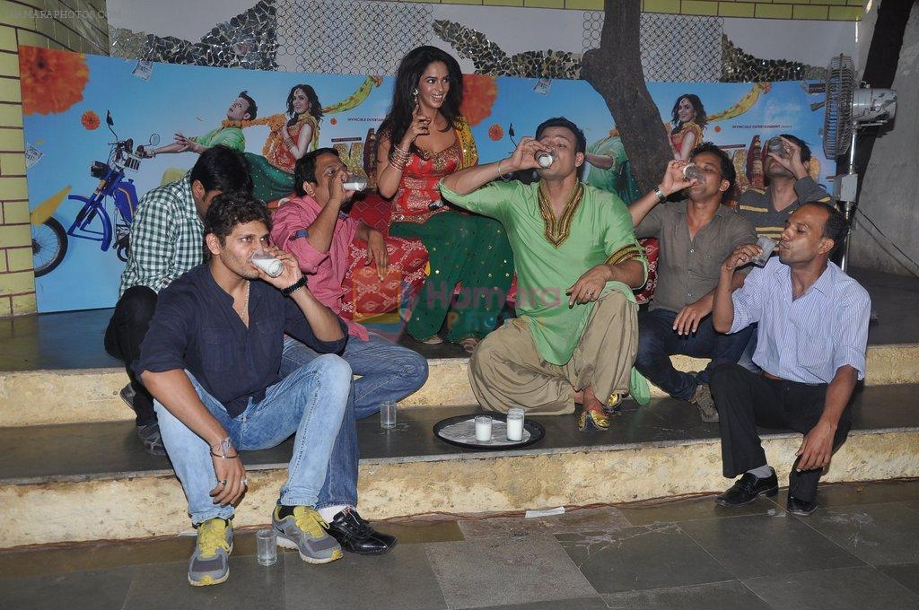 Vivek Oberoi and Mallika Sherawat promote Kismat, Love, Paisa, Dilli at Pritam da dhaba in Dadar, Mumbai on 27th Sept 2012