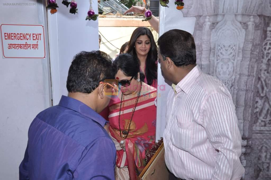 Shilpa Shetty at Andheri Ka Raja in Mumbai on 3rd Oct 2012