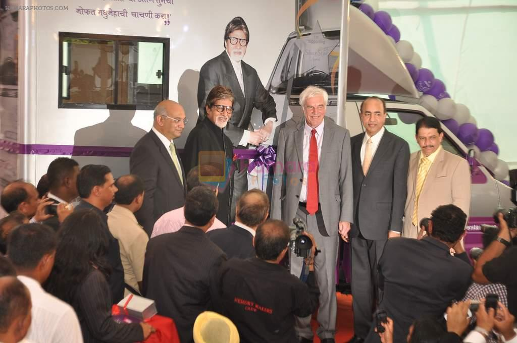 Amitabh Bachchan celebrates birthday at Seven Hills on 11th Oct 2012