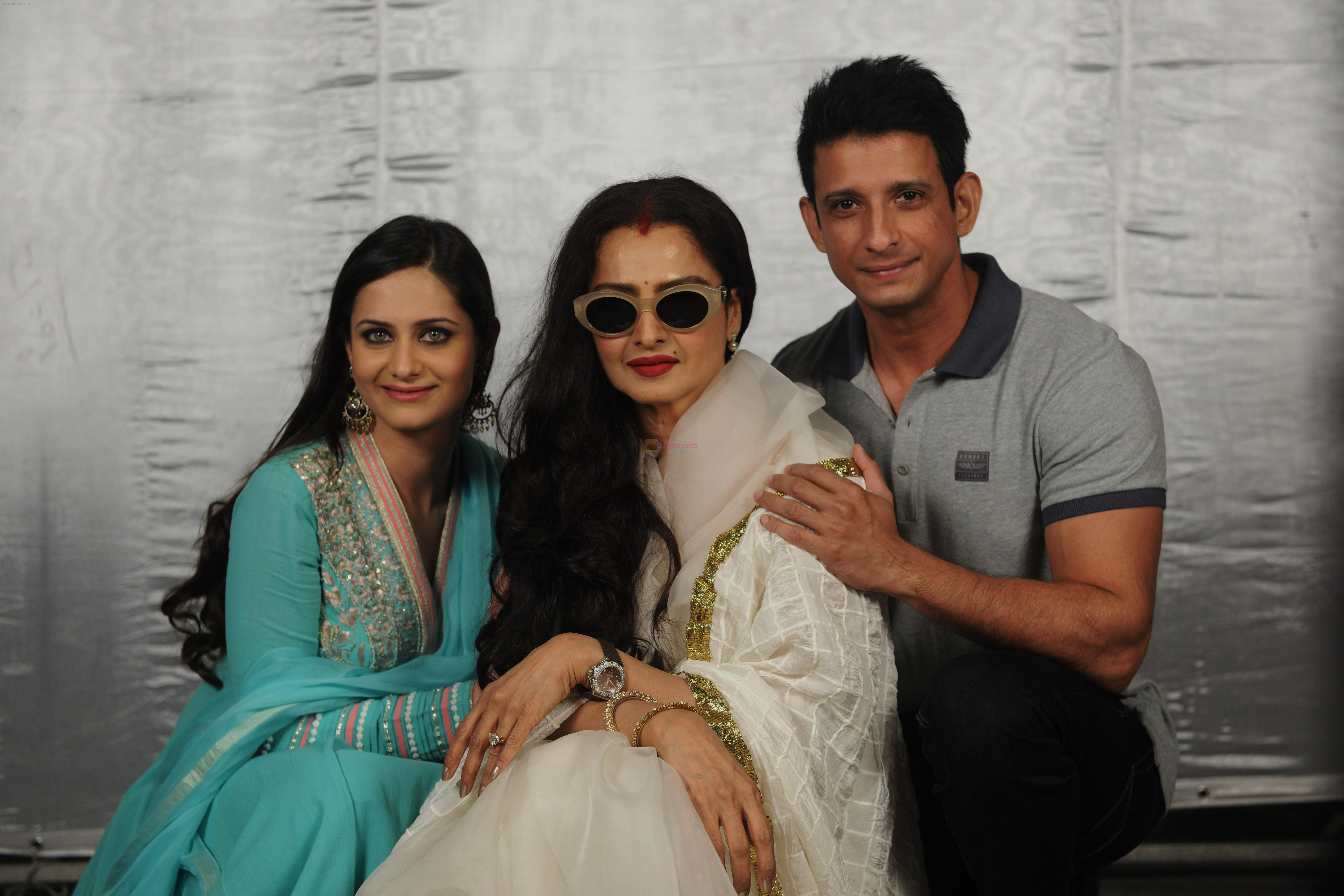 Shweta Kumar, Rekha and Sharman joshi posing for Super Nani on 12th December 2012