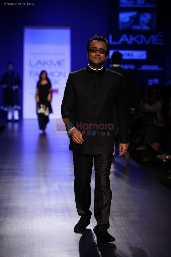 Dibakar Banerjee walk the ramp for Manish Malhotra Show at Lakme Fashion Week 2013 Day 1 in Grand Hyatt, Mumbai on 22nd March 2013