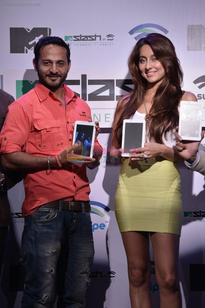 Anusha Dandekar, Nikhil Chinapa at the launch of MTV Slash Fablet by Swipe Telecom in Mumbai on 11th July 2013
