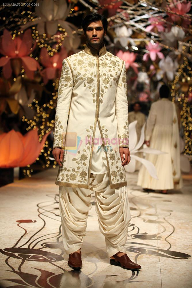 Model walks for Rohit Bal in Delhi on 26th July 2013