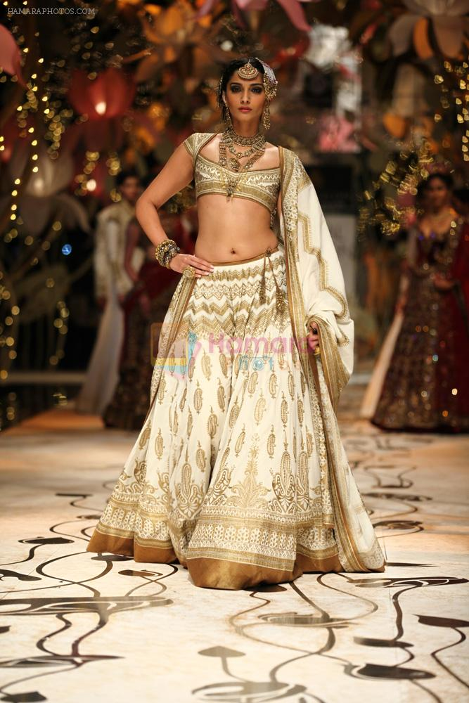 Sonam Kapoor walks for Rohit Bal in Delhi on 26th July 2013