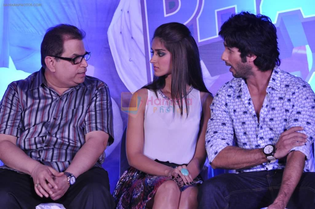 Ileana Dcruz, Shahid Kapoor, Ramesh Taurani at the Launch of Tu Mere Agal Bagal Hai song from Phata Poster Nikhla Hero in Mehboob, Mumbai on 26th July 2013