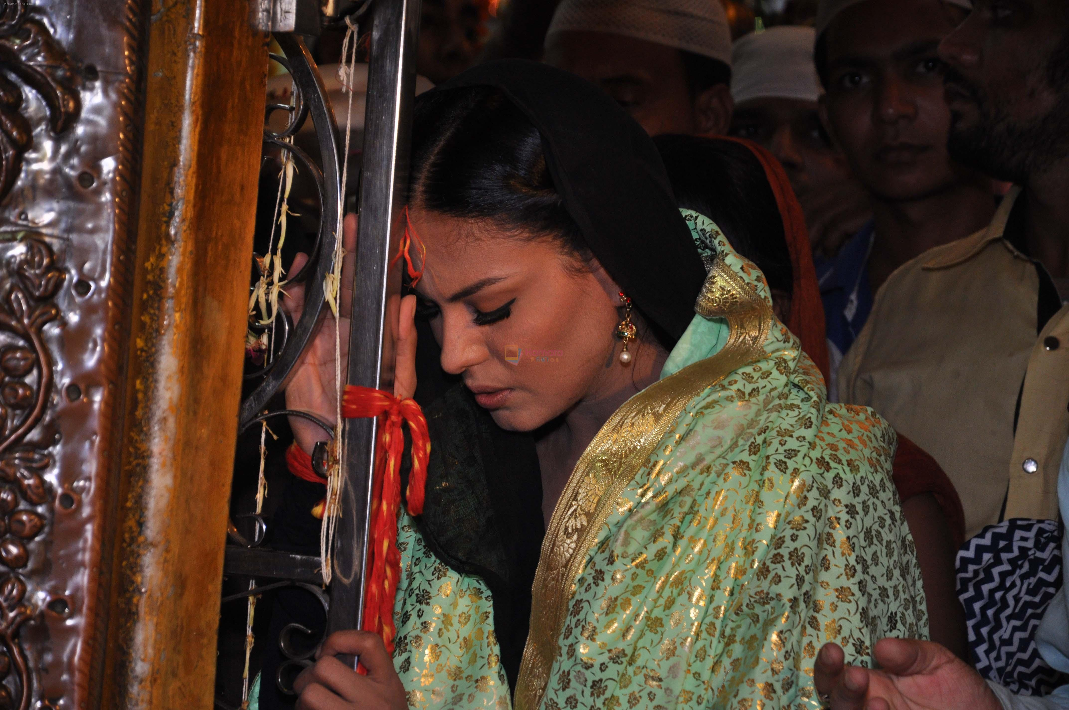 Veena Malik At Hazrat Nizamuddin Dargah In Delhi13
