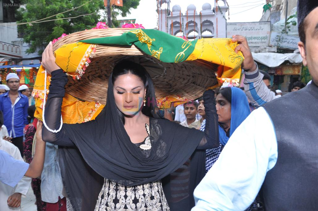 Veena Malik At Hazrat Nizamuddin Dargah In Delhi