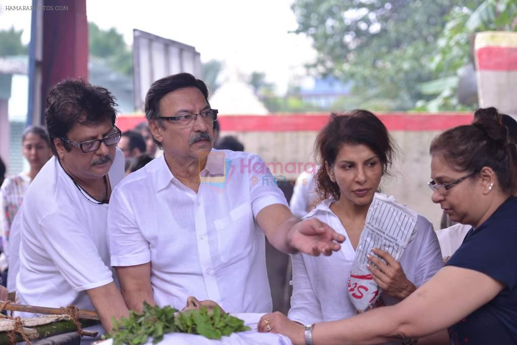 Anita Raj, Suresh Oberoi at Anita Raj's Father Jagdish Raj funeral in Vile Parle, Mumbai on 28th July 2013