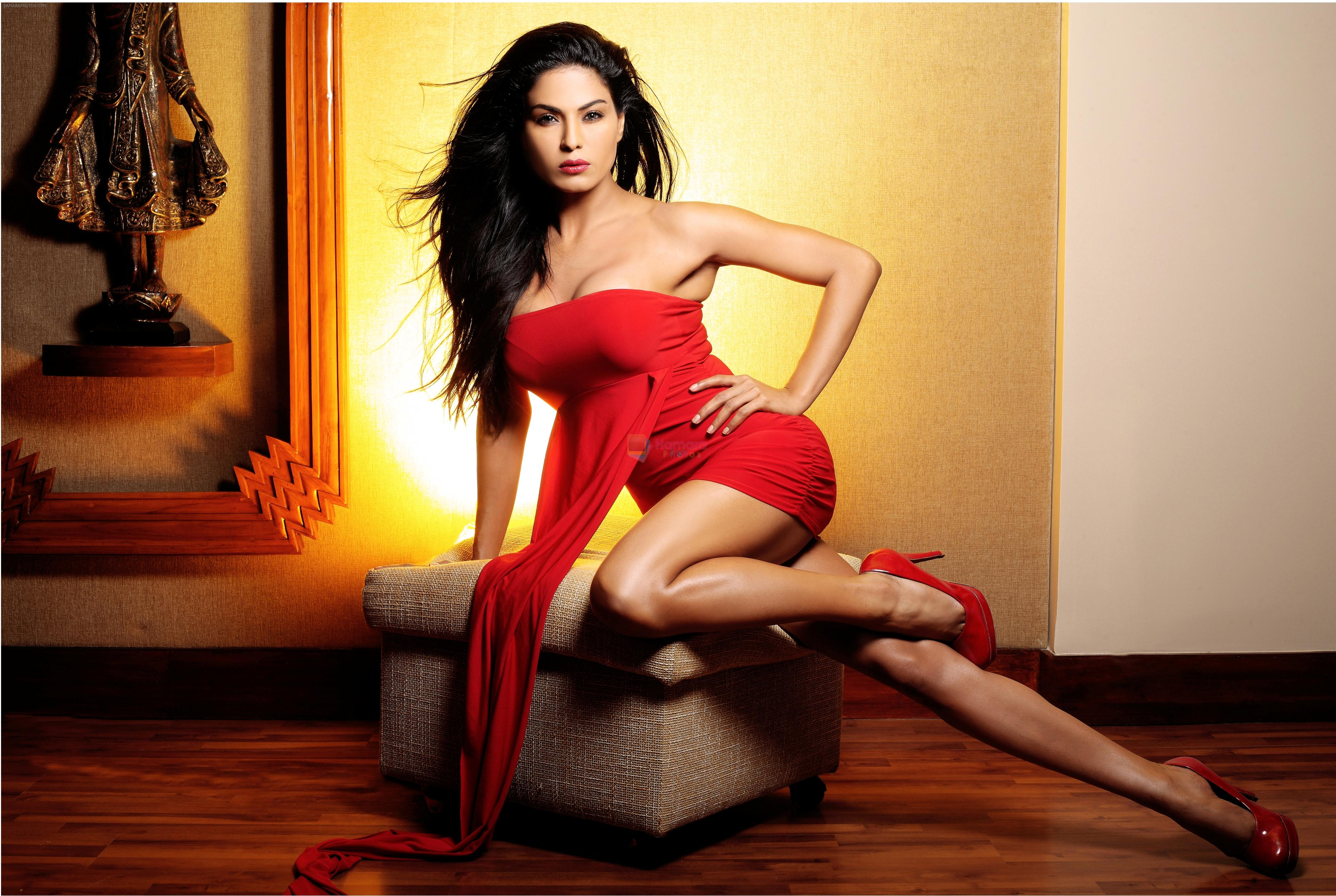 Veena Malik turns sexy Santa for Christmas - Photogallery Blue pictures of veena malik