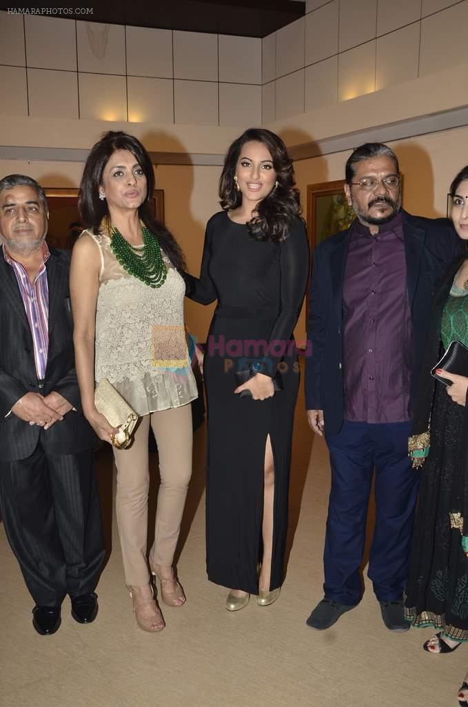 Sonakshi Sinha at neeraj goswami exhibition  hosted by chhaya Momaya in Jehangir Art Gallery, Mumbai on 5th Feb 2014