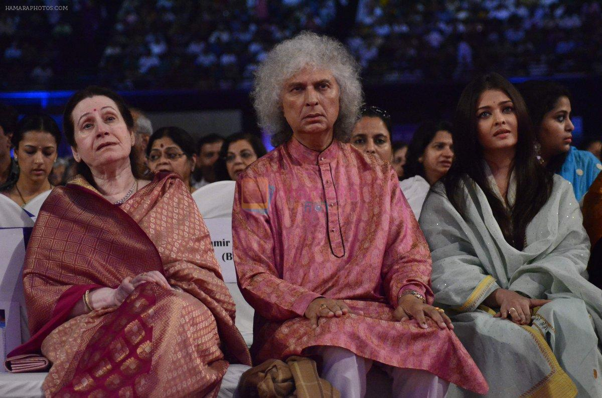 Aishwarya Rai Bachchan, Shivkumar Sharma pays tribute to Sri Sathya Sai Baba in Mumbai on 27th April 2014