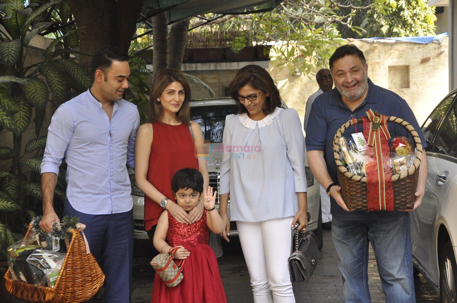 Riddhima Kapoor, Rishi Kapoor, Neetu Singh at The Kapoors Christman Lunch Get-together  in Mumbai on 25th Dec 2014