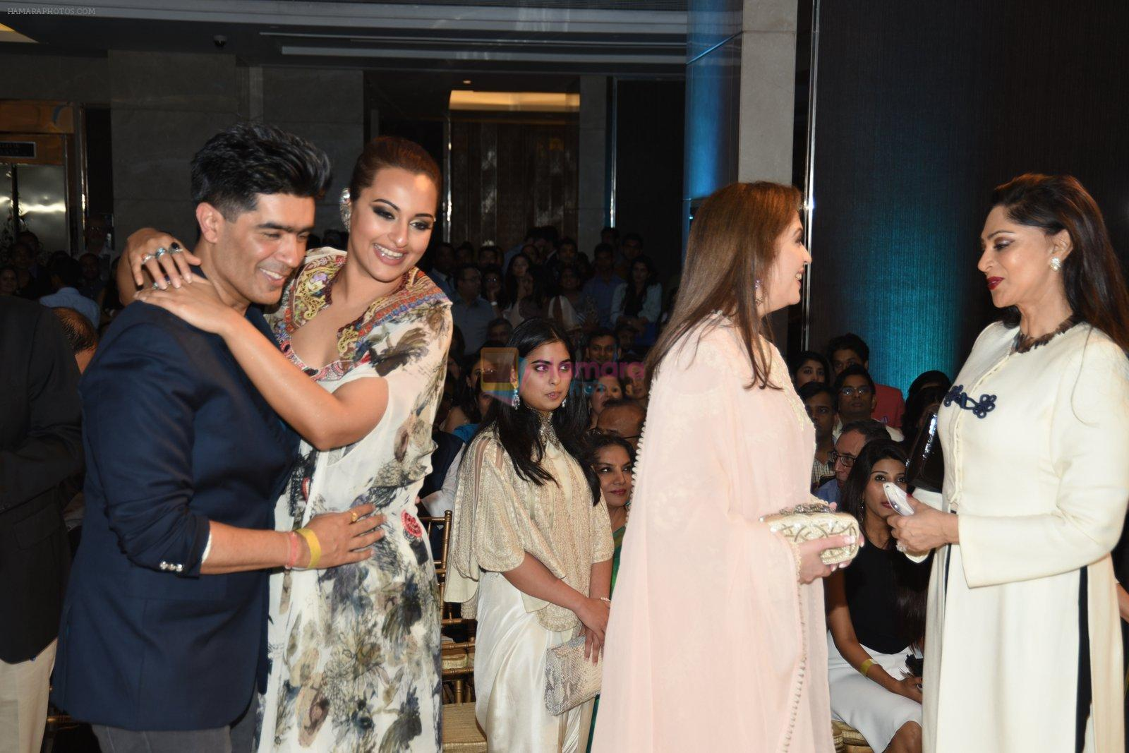 Simi Garewal at Anamika Khanna Grand Finale Show at Lakme Fashion Week 2015 Day 5 on 22nd March 2015