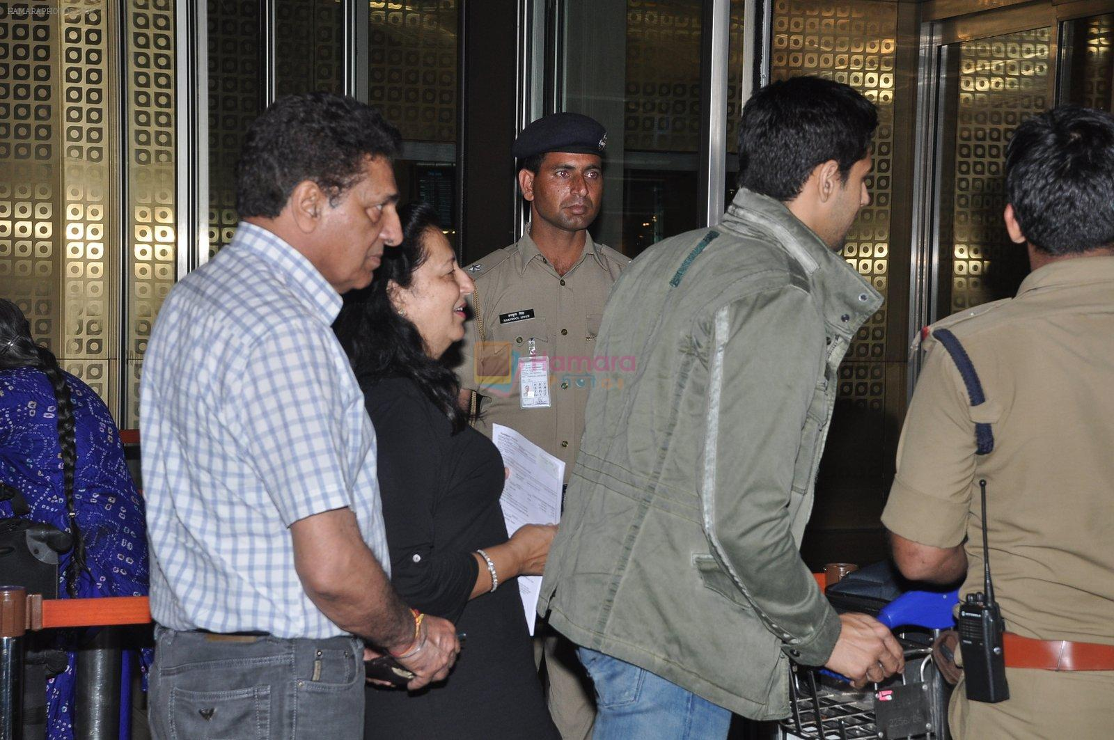 Sidharth Malhotra snapped with his parents in Mumbai Airport on 26th March 2015