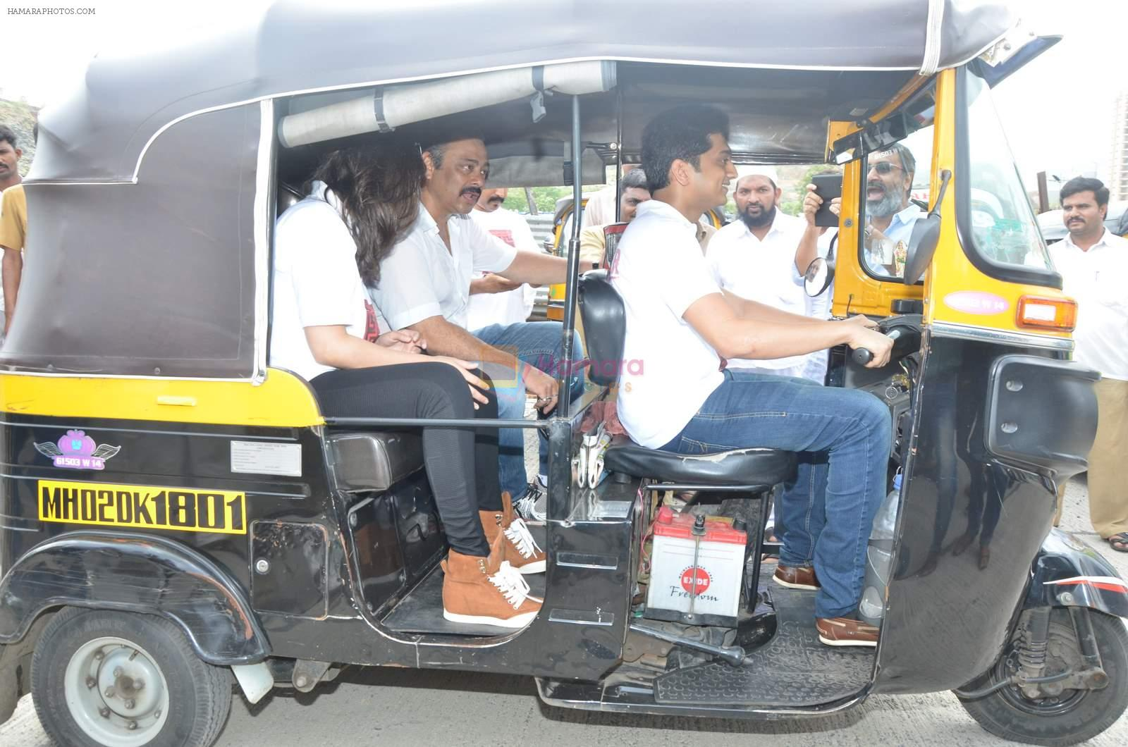 Sachin Khedekar, Sonalee Kulkarni, Amey Wagh at Shutter film promotions with rickshaw drivers in Filmcity, Mumbai on 27th June 2015