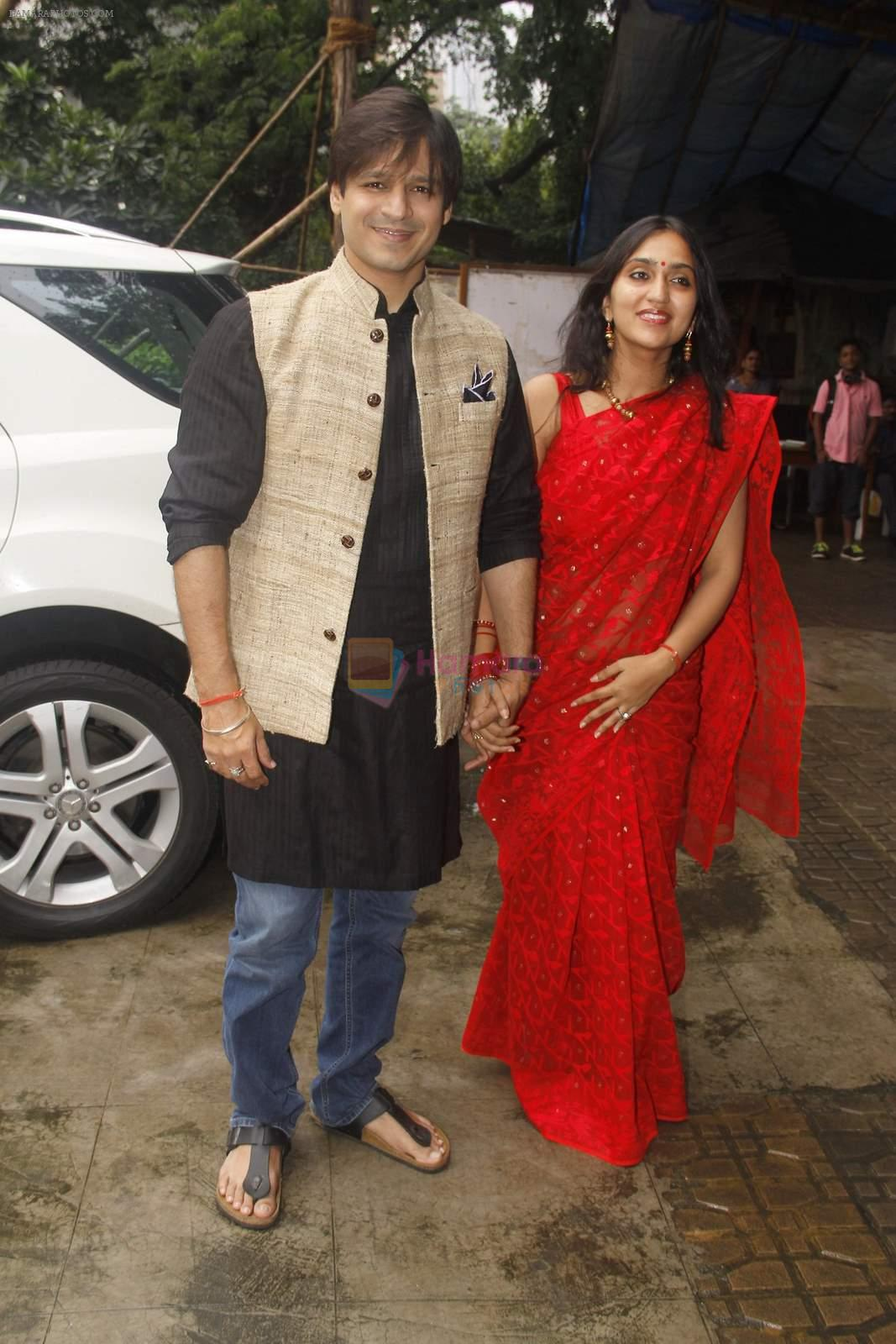 Vivek Oberoi, Priyanka Alva snapped at Siddhivinayak temple on 20th Sept 2015