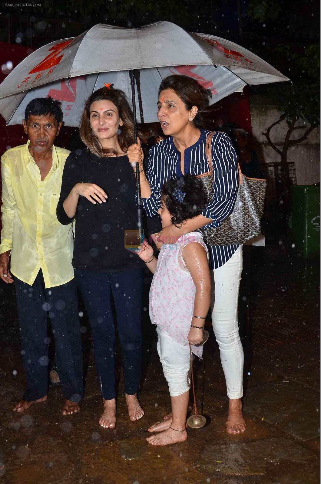 Neetu Singh at Rishi Kapoor's Ganpati Visarjan on 21st Sept 2015