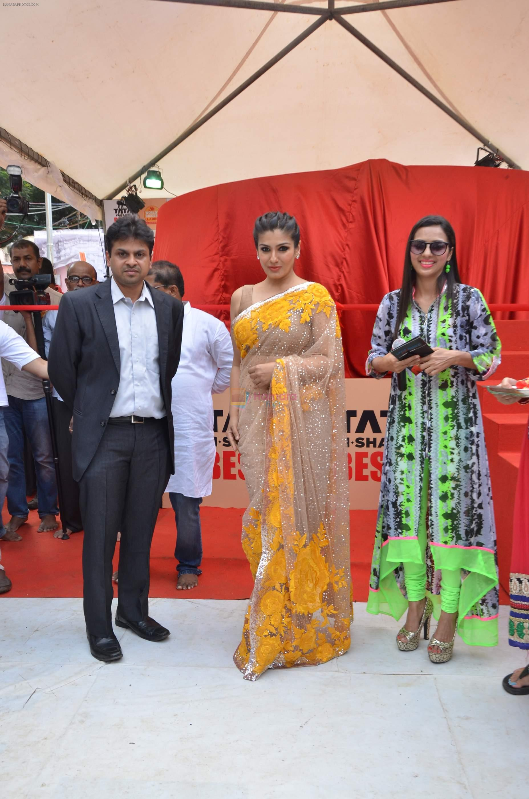 Raveena Tandon at Tata I-Shakti Besan offered the World's Biggest Besan Ladoo to Andhericha Raja on 22nd Sept 2015