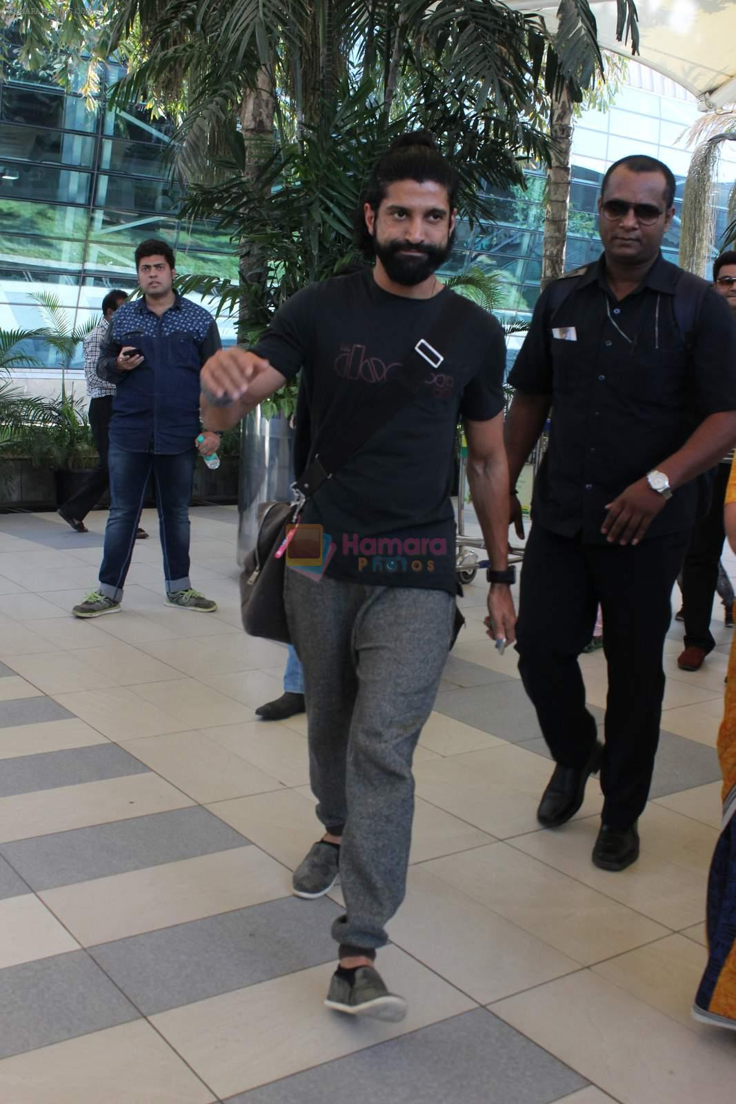 Farhan Akhtar snapped at Airport on 27th Dec 2015