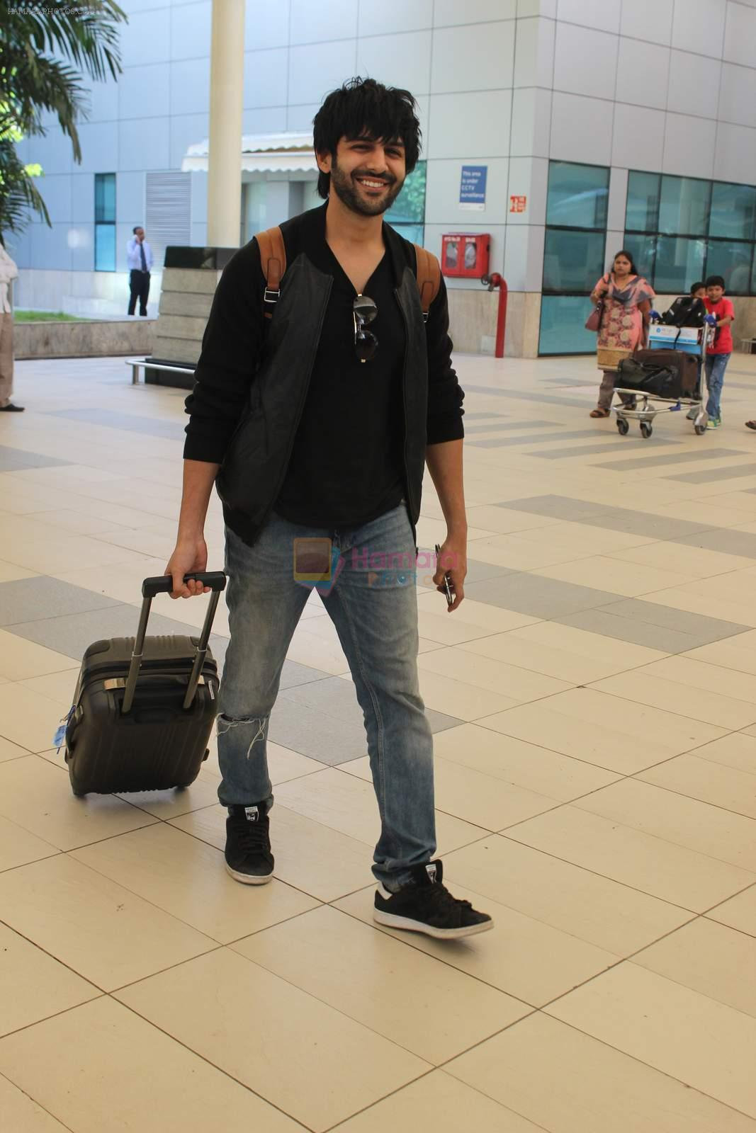 Kartik Aaryan snapped at Airport on 28th Dec 2015