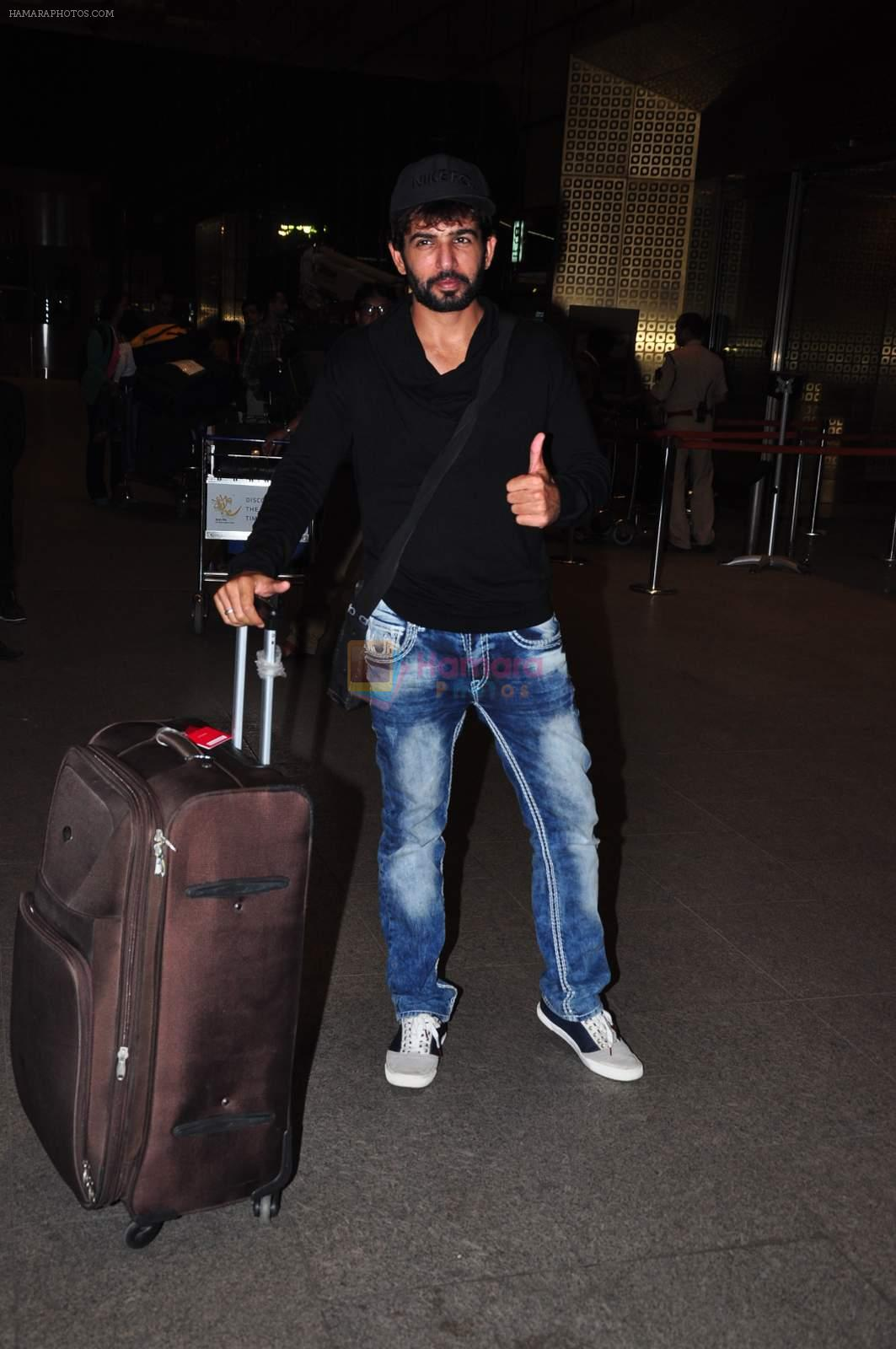 Jay Bhanushali at international airport on 29th Dec 2015