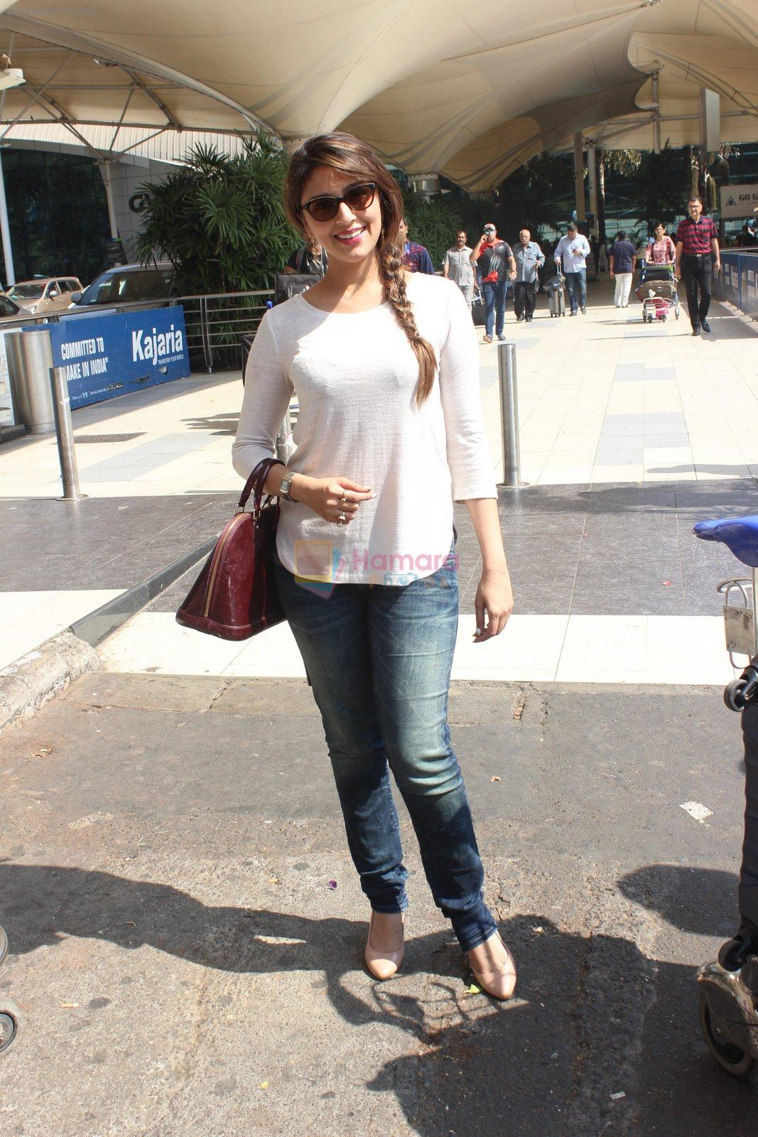 Aarti Chhabria snapped at airport in Mumbai on 18th Feb 2016