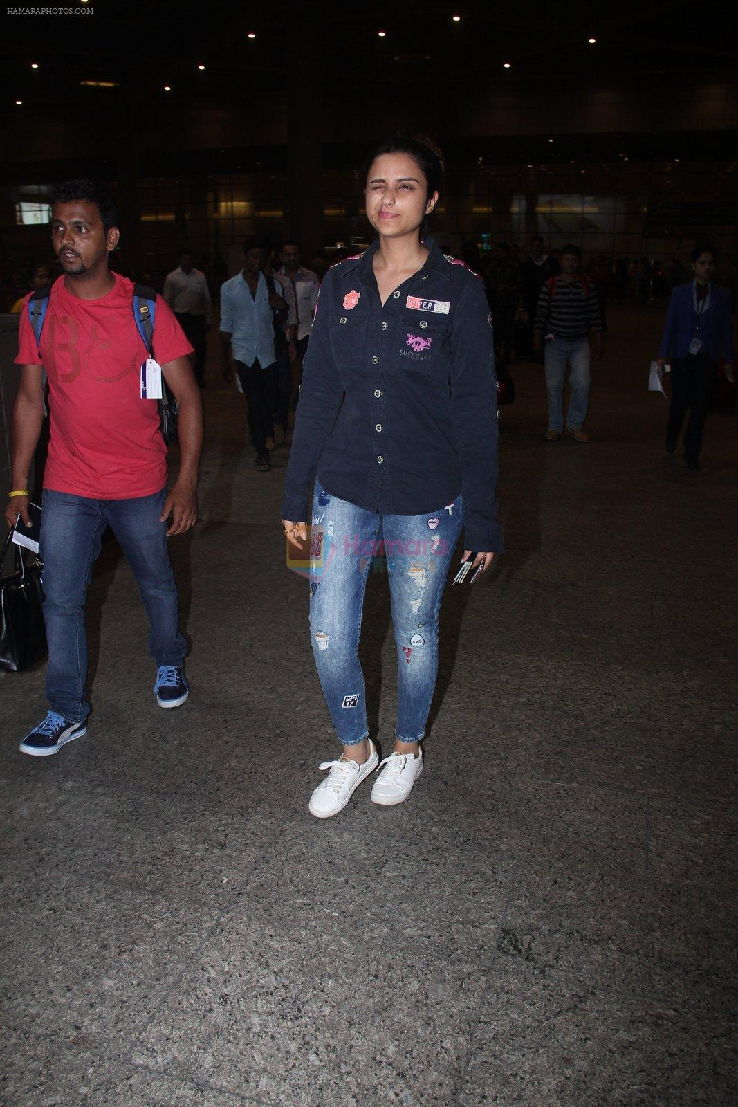 Parineeti Chopra snapped at international airport in Mumbai on 27th Feb 2016