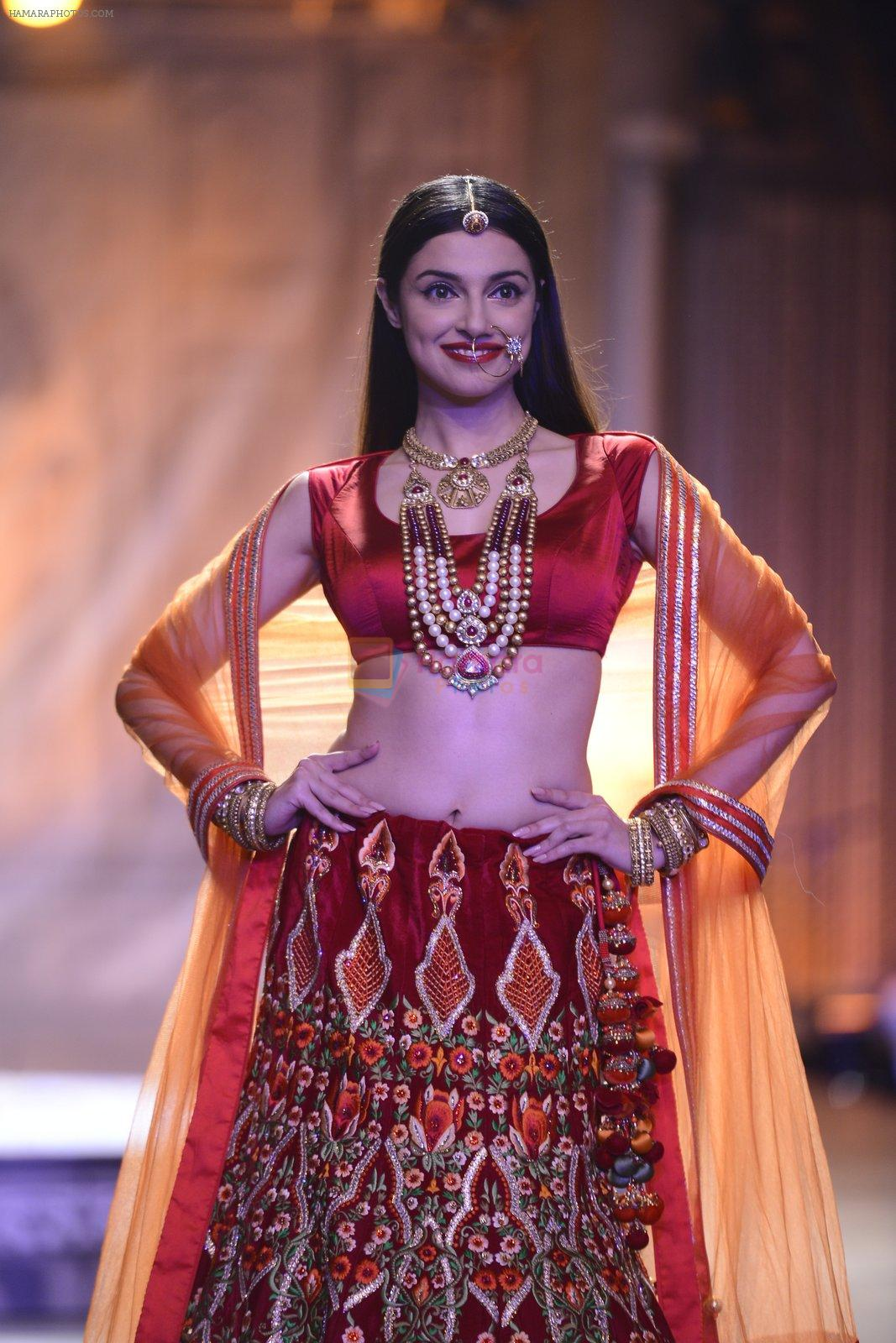 Divya Khosla Walks For Reynu Taandon at the FDCI India Couture Week 2016