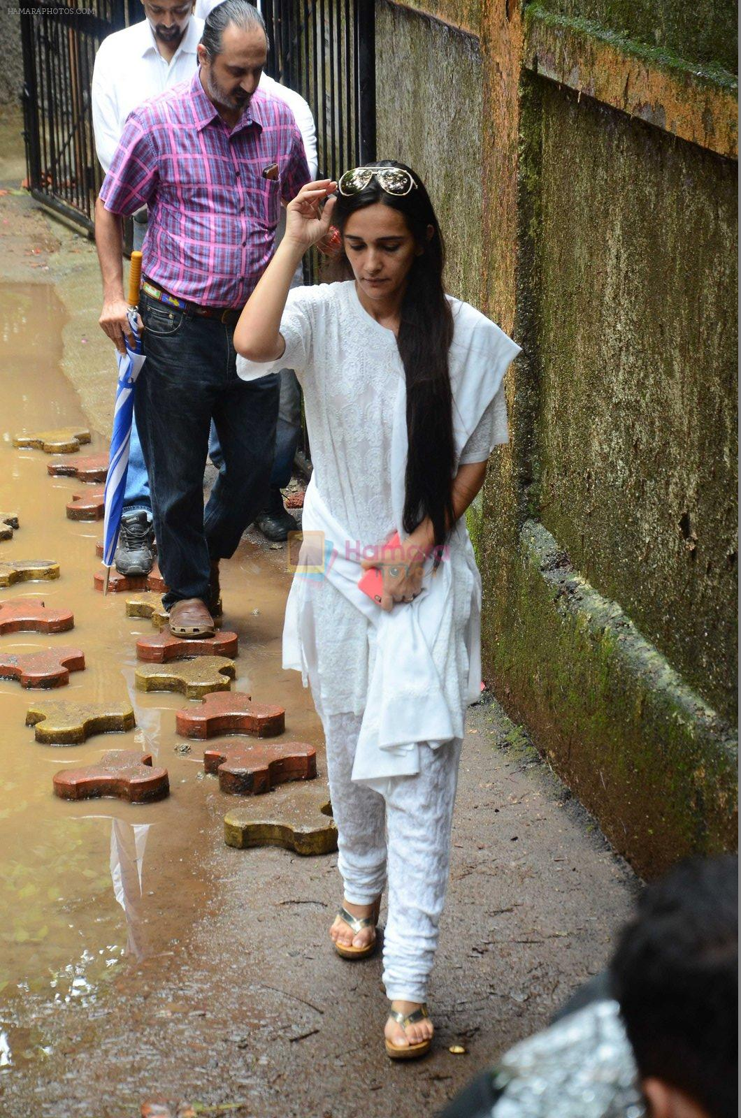 Tara Sharma at Rajjat Barjatya funeral on 30th July 2016